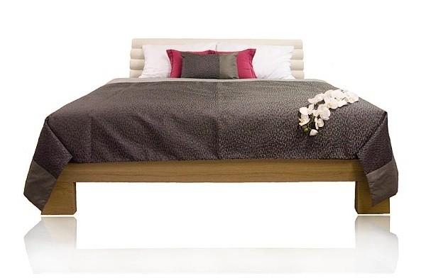 šedý přehoz na postel